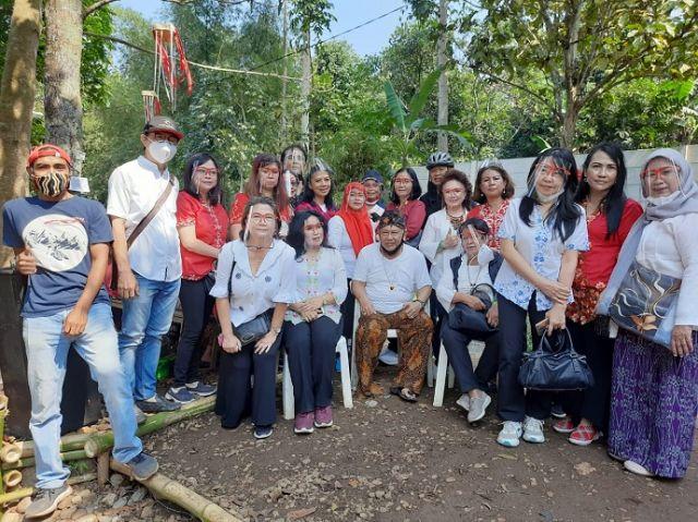 F.  PBB bersama Tokoh Sunda dan Tokoh Masy dalam Pembinaan Desa Wisata Kampung Tjibarani